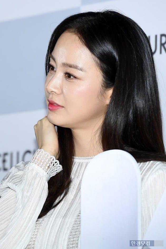 Góc nghiêng gây thương nhớ của mỹ nhân Kim Tae Hee. Làn da của nữ diễn viên 38 tuổi vẫn căng mịn và thậm chí còn tươi sáng hơn trước