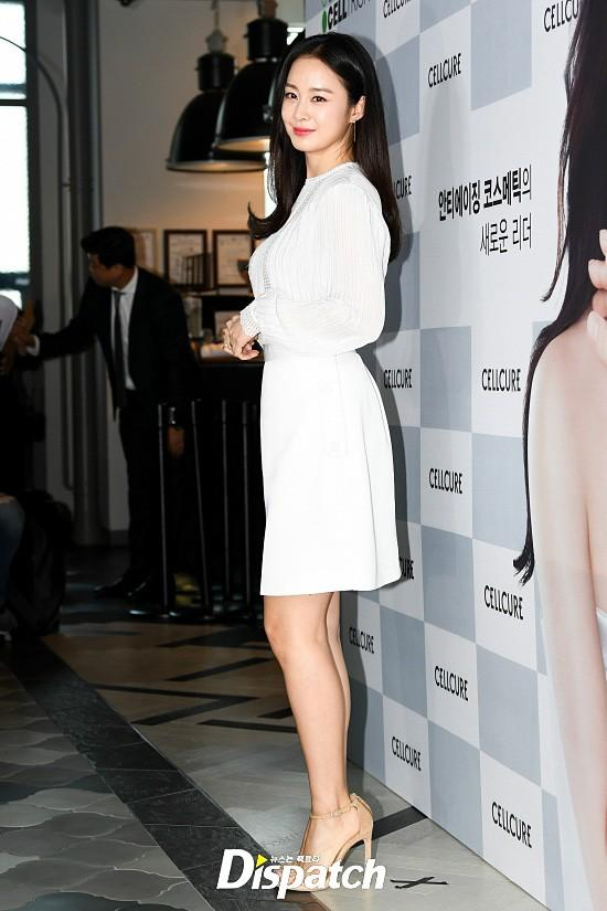 Kim Tae Hee diện váy lỡ, để lộ đôi chân nuột và đường cong khó tin sau sinh