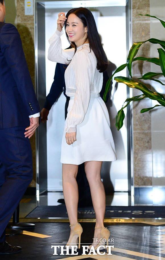 Người hâm mộ không thể tin nổi rằng Kim Tae Hee vừa hạ sinh con gái đầu lòng vài tháng trước. Hiện mỹ nhân đã lấy lại được vóc dáng thon gọn và nhan sắc thì... khỏi cần nhận xét thêm nữa
