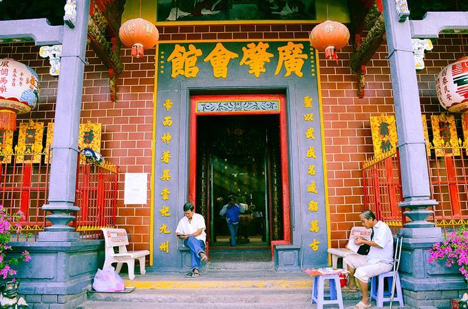 Ngôi chùa nổi bật trên đường Hai Bà Trưng (quận Ninh Kiều) bởi dáng dấp của kiến trúc và màu sắc sặc sỡ đặc trưng của người Hoa. Chùa Ông được xây dựng từ năm 1894 trên diện tích 532 mét vuông với tên gốc là Quảng Triệu Hội Quán.