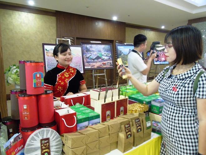 Đại biểu tham quan các gian hàng giới thiệu sản phẩm dược liệu của Hà Giang, tại Hội nghị xúc tiến du lịch.