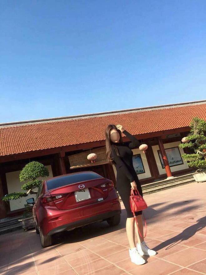 Một trong những bức ảnh T.M khoe xe ô tô, như thể là một nữ doanh nhân trẻ.