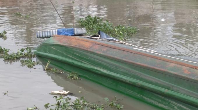 Chiếc sà lan bị chìm tại hiện trường