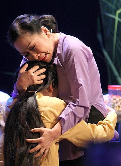 Nghệ sĩ Đàm Loan lấy nhiều nước mắt với vai người mẹ thương con mù quáng. Ảnh: Mai Nhật.