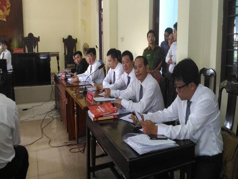 Các luật sư có mặt sớm tại tòa. Ảnh: NN