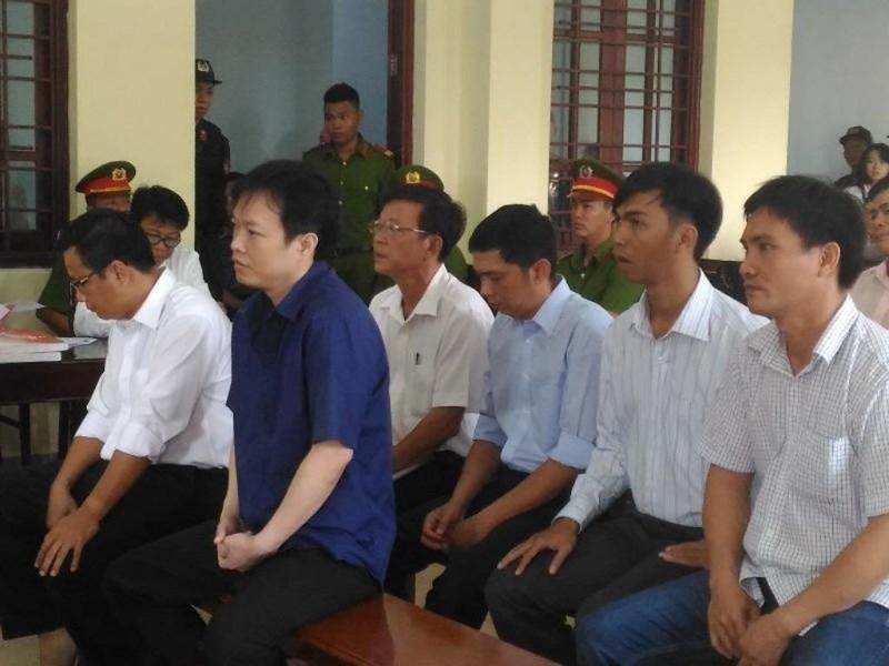 Các bị cáo có mặt tại tòa sáng 18-4. Ảnh: NN