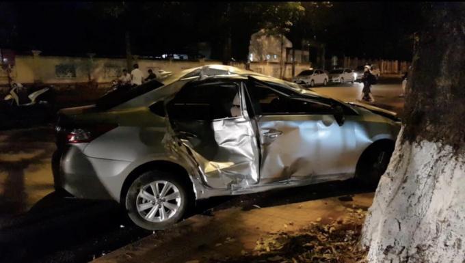 Chiếc ô tô bị hư hỏng nặng sau cú va chạm.