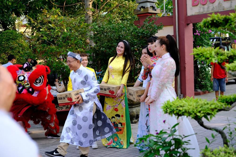 Đến chùa Bửu Lâm làm từ thiện, ca sĩ Phi Nhung và nghệ sĩ Trung Dân được chào đón bằng trống lân rộn rã.