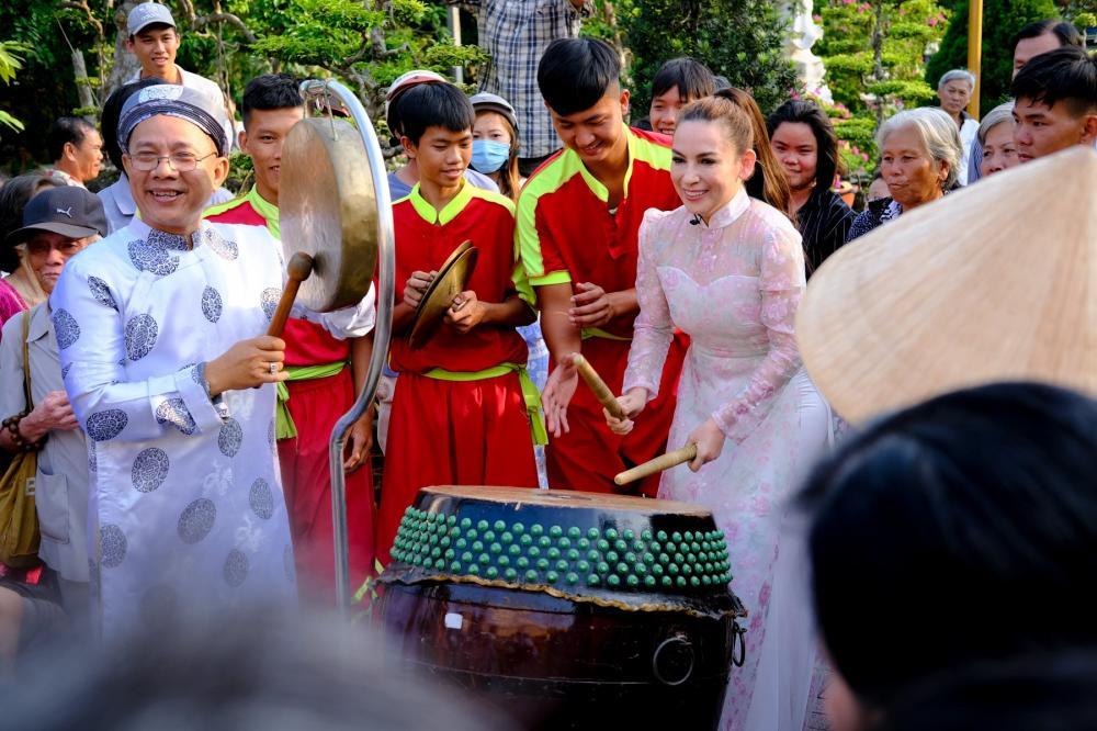 Đáp lại sự chào đón của mọi người, Phi Nhung đã tham gia đánh trống kết hợp cùng nghệ sĩ Trung Dân đánh lò đồng.