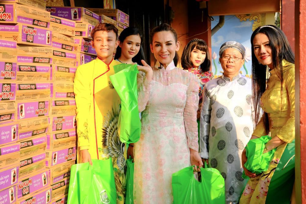 Phi Nhung là nghệ sĩ thường xuyên có các hoạt động thiện nguyện giúp đỡ những người có cuộc sống khó khăn.