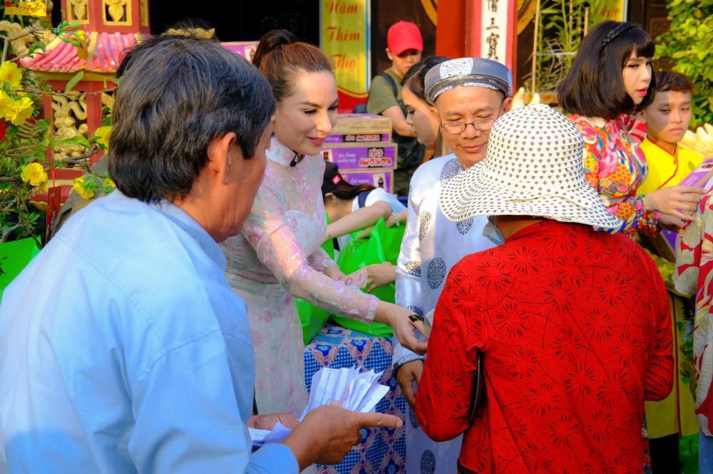 Phi Nhung quyết định dùng hết tiền túi của mình mang theo để gửi tặng thêm cho bà con nghèo.