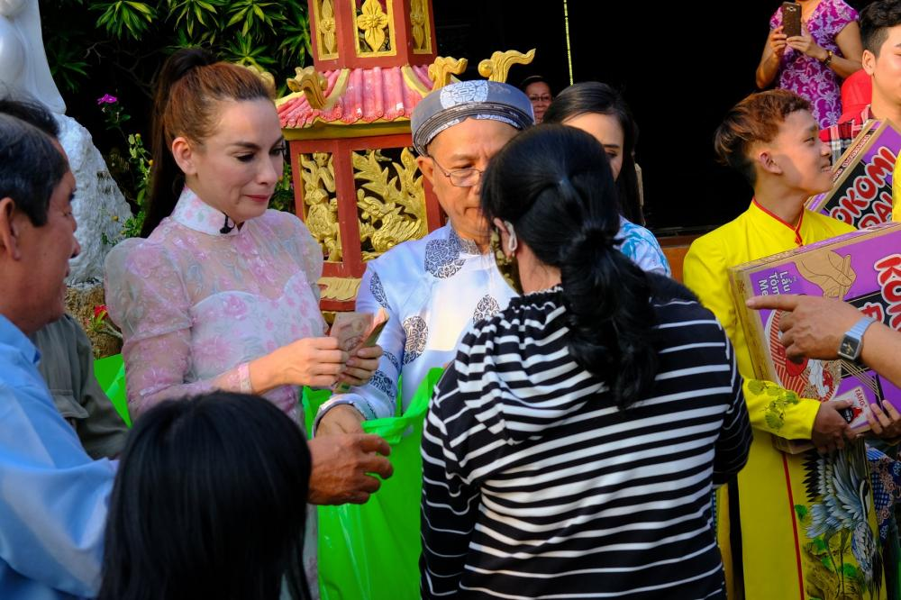 Phát quà cho những người già và những nạn nhân nhiễm chất độc da cam bị khiếm khuyết cơ thể, Phi Nhung không kềm được nước mắt.