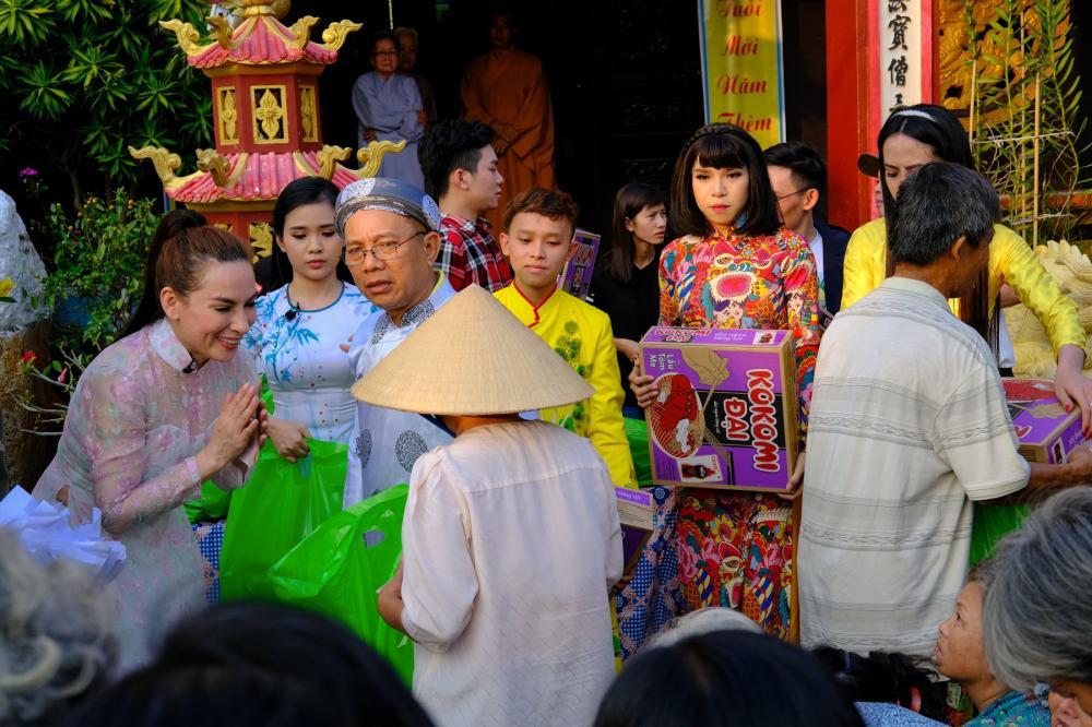 Ba mẹ con Phi Nhung, Hồ Văn Cường, Quỳnh Trang cùng nghệ sĩ Trung Dân còn gửi tặng bà con những bài hát ngày tết.
