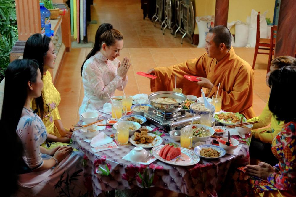 Nữ ca sĩ được sư thầy trụ trì chùa Bửu Lâm lì xì, cảm ơn, ngợi khen vì lòng hướng thiện của cô.