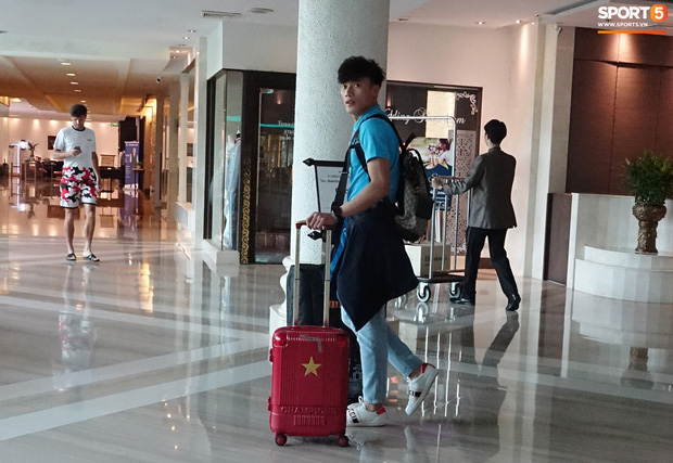 Chiều ngày 17/1, thủ môn Bùi Tiến Dũng cùng các đồng đội thu dọn hành lý trở về Việt Nam sau khi bị loại từ vòng bảng ở vòng chung kết U23 châu Á 2020. Ành: Thủ Khúc