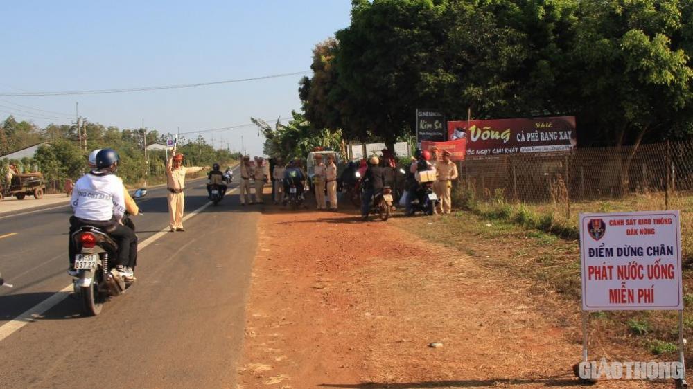 Bị lực lượng CSGT ra hiệu lệnh dừng xe, nhiều người tỏ ra lo lắng nhưng sau đó rất bất ngờ...