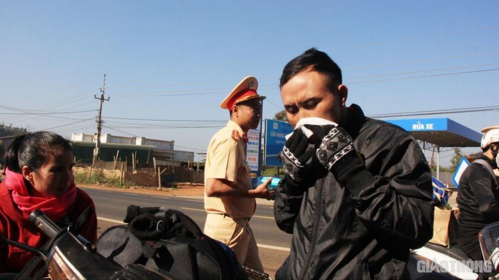 ..và những chiếc khăn mát lạnh được các chiến sĩ CSGT tận tay tặng cho người đi đường, tạo cảm giác thỏa mái để mọi người thư giãn, tiếp tục hành trình về quê đón Tết an toàn.