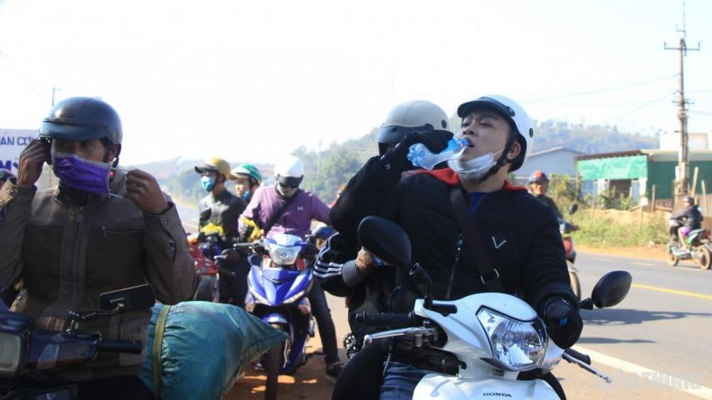 Những chai nước đầy bất ngờ đến từ CSGT Công an tỉnh Đắk Nông khiến nhiều bạn đi đường xúc động.