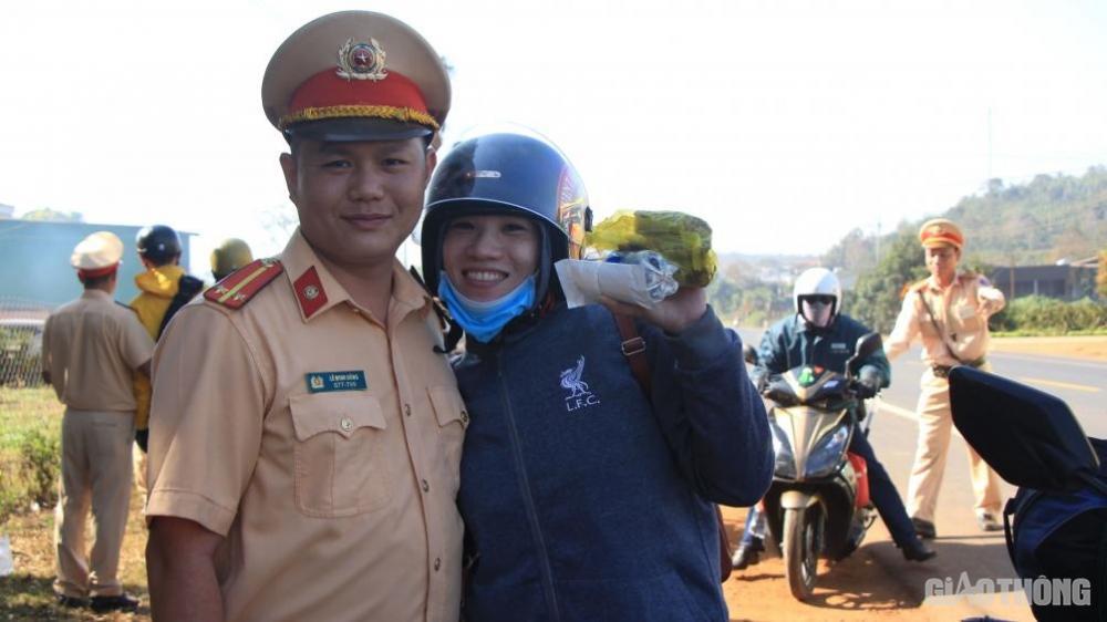 Bạn nữ vui vẻ xin được chụp ảnh kỉ niệm với chiến sĩ CSGT Đắk Nông rồi tiếp tục hành trình dài gần 300km về tỉnh Gia Lai