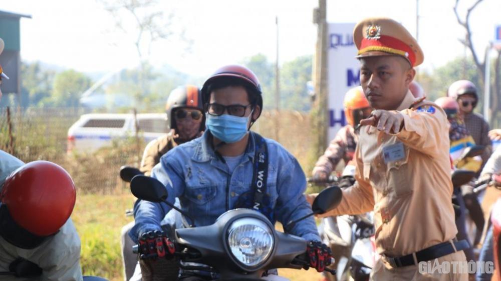 Chiến sĩ CSGT hướng dẫn người đi đường đưa xe vào vị trí an toàn.