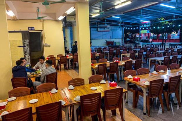 Một quán bia lớn trên đường Trung Kính, TP Hà Nội chỉ có vài khách. Ảnh: NGÔ NHUNG