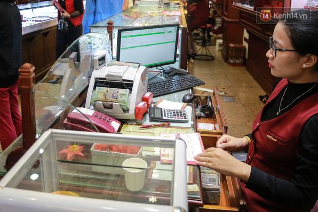 Người bán tới quầy thu ngân để thực hiện công đoạn kiểm đếm, nhận tiền bán vàng.