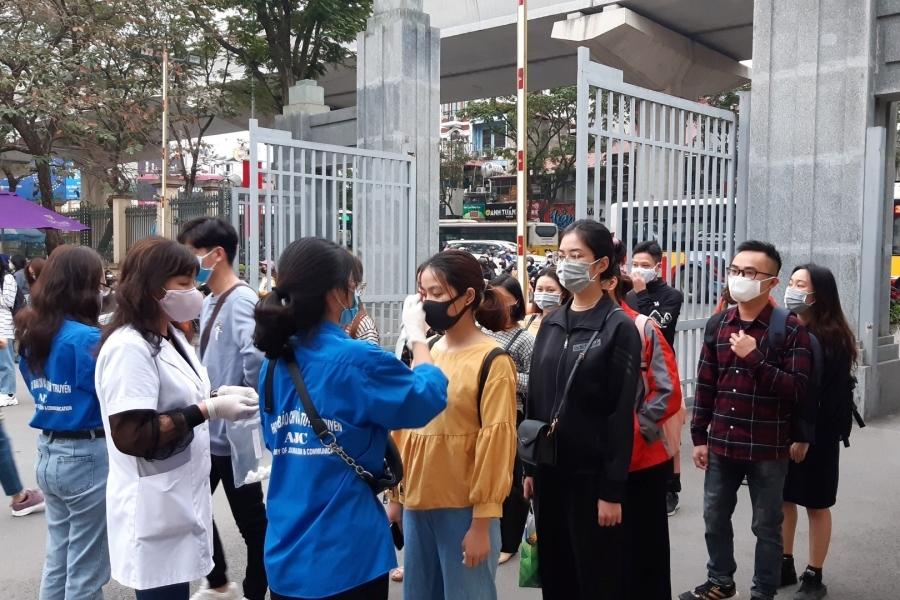 Sinh viên Học viện Báo chí và Tuyên truyền xếp hàng đợi cán bộ Y tế đo thân nhiệt. (Ảnh: ST)