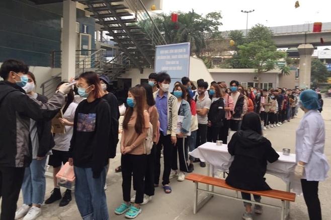Sinh viên xếp hàng đo thân nhiệt tại Trường ĐH Kiến trúc Hà Nội. (Ảnh: Ánh Lan)