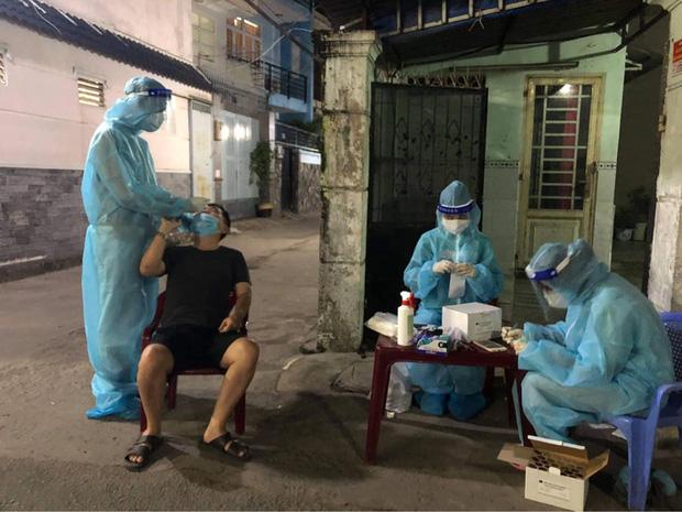 Sinh viên Trường ĐH Kỹ thuật Y tế Hải Dương lấy mẫu xét nghiệm cho người dân tại TP.HCM (Ảnh: Bộ Y tế)