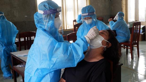 Nhân viên y tế Bình Định lấy mẫu xét nghiệm SARS-CoV-2 cho người dân