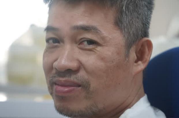 Tóc bác sĩ Linh bạc và trông anh già hơn sau chuỗi ngày điều trị cho bệnh nhân ở Bệnh viện Hồi sức COVID-19.