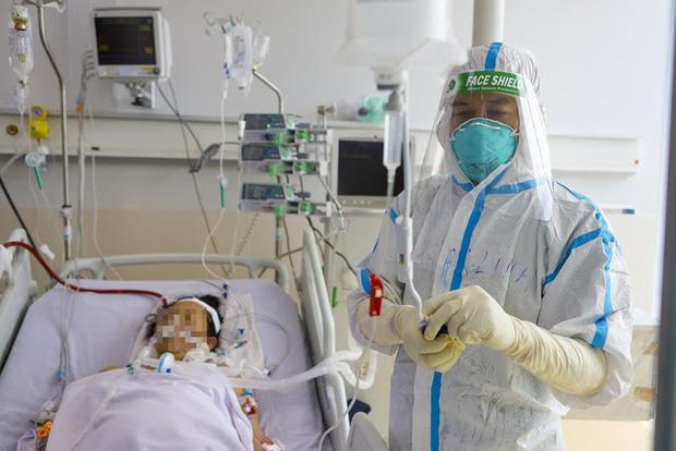 Bác sĩ Trần Thanh Linh đang điều trị cho bệnh nhân COVID-19 nặng tại Bệnh viện Hồi sức COVID-19