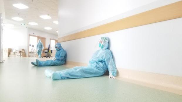 Các bác sĩ và điều dưỡng tại Bệnh viện Hồi sức COVID-19 nghỉ ngơi ngay hành lang sau những giờ làm việc căng thẳng