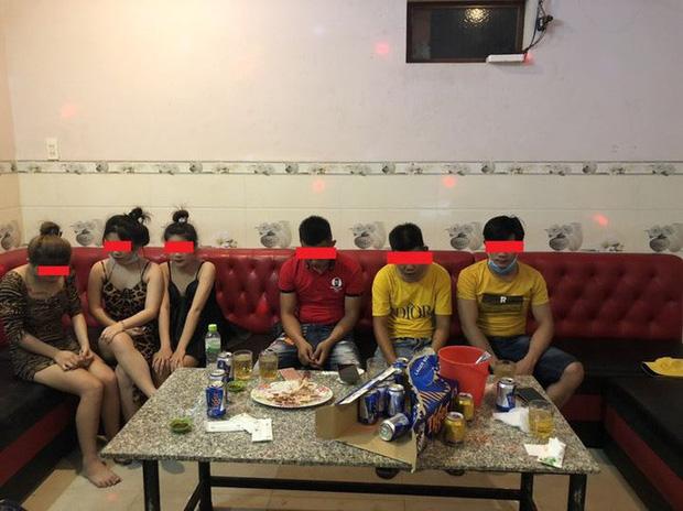 Các đối tượng bị bắt quả tang khi đang hát karaoke trái phép tại một cơ sở kinh doanh không phép ở phường Bình Định, thị xã An Nhơn (Ảnh: Công an thị xã An Nhơn)
