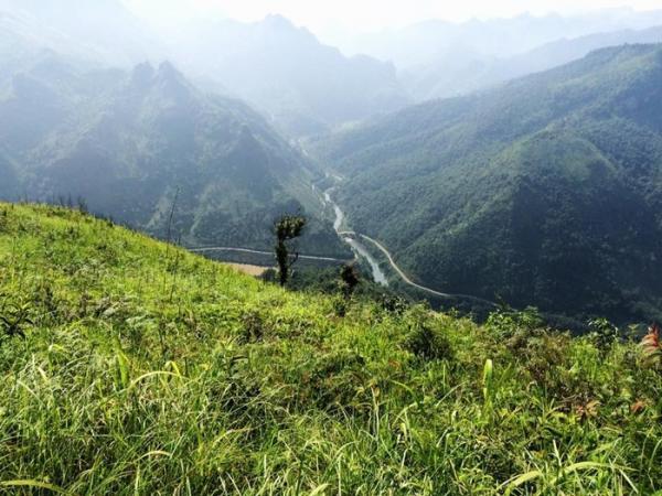 Xa xa có con sông uốn lượn - Ảnh: Hoàng Tuấn