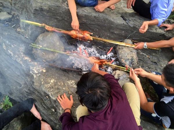 Cùng nhau nhóm lửa nướng gà - Ảnh: Hoàng Tuấn