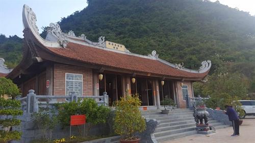 Ngôi chùa được xây dựng và tựa lưng vào ngọn núi Phia Nhằm.