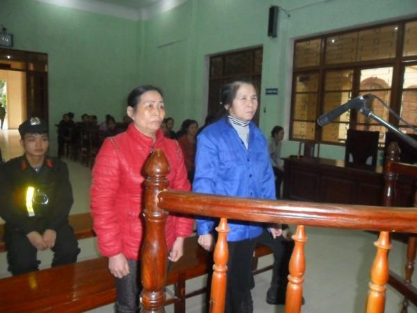 Nông Thị Liên và Hứa Thị Nhị tại phiên tòa hình sự sơ thẩm.
