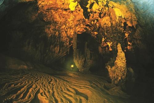 Sự kiến tạo của đá vôi tạo cho nền hang động nhiều đường lượn như sóng biển
