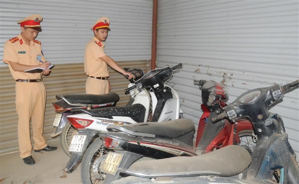 Cán bộ Đội Cảnh sát giao thông - trật tự Công an huyện Phục Hòa kiểm tra các phương tiện vi phạm bị tạm giữ.