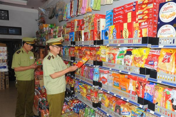 Đội Quản lý thị trường số 2 huyện Hòa An kiểm tra chất lượng sản phẩm trên thị trường.