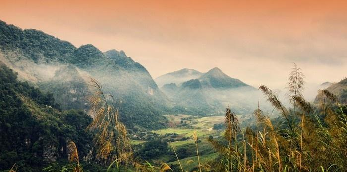 Từ đỉnh núi thác Bản Giốc nhìn xuống - Ảnh: Meo Gia