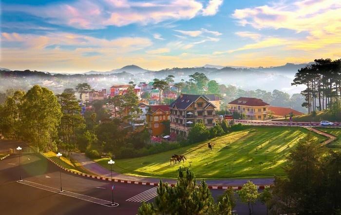 Nắng sớm vẫn còn hơi sương trên cao nguyên Lâm Đồng - Ảnh: Vạn Lý Độc Hành