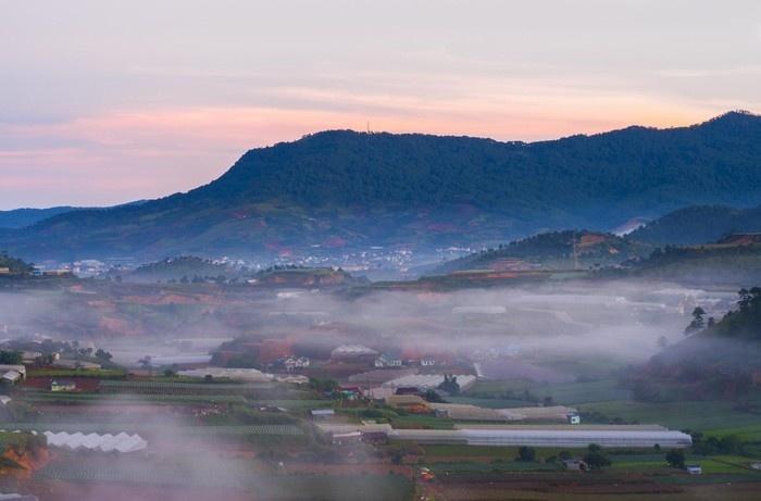 Ngắm Đà Lạt bình minh mờ sương từ trên cao - Ảnh: Lư Quyền