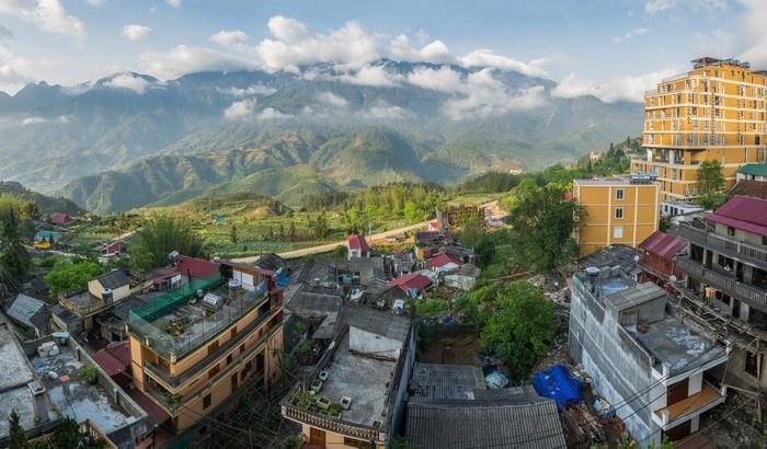 Bảng lảng sương sớm thành phố Sa Pa nhìn từ trên cao - Ảnh: Natthapol Bussai