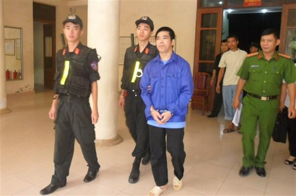 Công an tỉnh dẫn giải bị cáo Nông Văn Loòng.