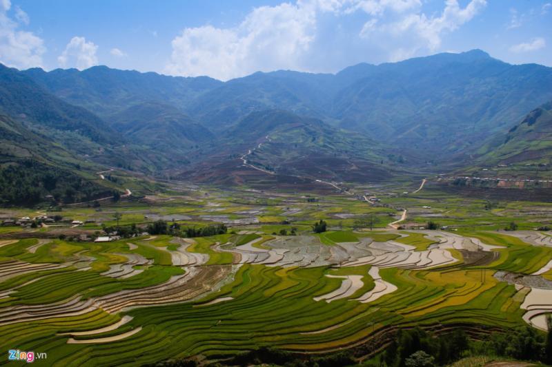 Thung lũng Tú Lệ đã vào mùa đổ nước và cấy lúa. Những đường cong kỳ ảo trải dài khắp núi rừng mê hoặc, say lòng du khách.