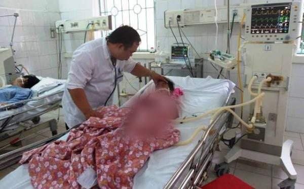 Bác sĩ Hoàng Văn Kiền đang kiểm tra sức khỏe cho em Lý Thị Mái.