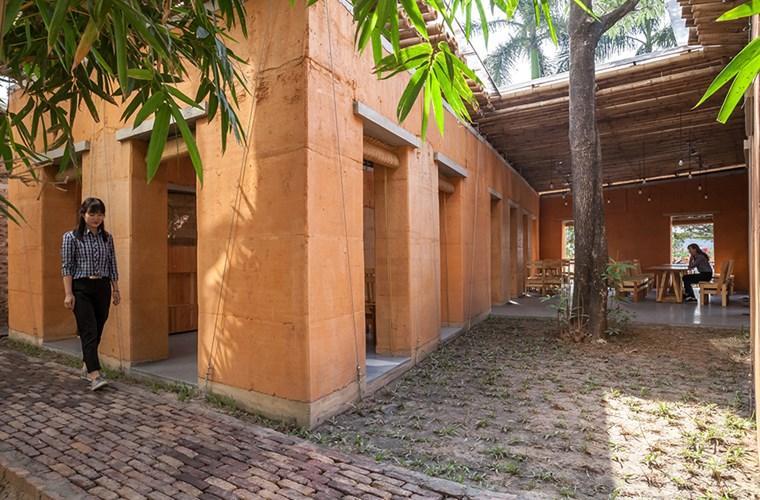 Cây xanh tạo bóng mát cho ngôi nhà. Ảnh: Designboom.