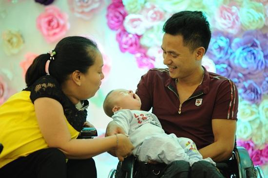 Vợ chồng anh Năm - chị Hà và bé Lê Trương An Phúc